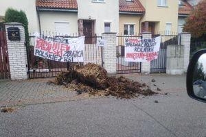 Obornik  pod domem posła PiS w Ostródzie