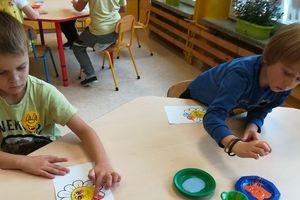 Dzieci z Przedszkola Miejskiego robiły laurki dla seniorów
