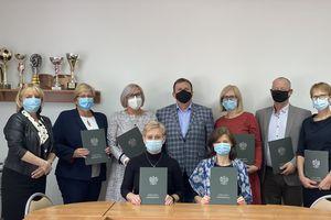 Dyrektorzy Szkół Podstawowych odebrali nagrodę za pracę na rzecz gminnej oświaty