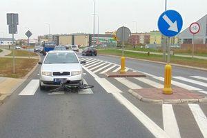 Kolizja na przejściu. Dwunastoletni rowerzysta wjechał w samochód
