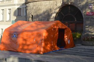 Namioty chronią interesantów