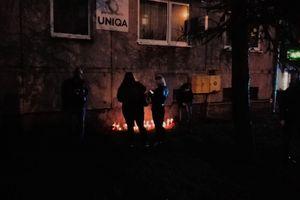 Przed biurem parlamentarzystów PiS w Ostródzie zapłonęły znicze
