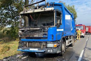 """Na krajowej """"piętnastce"""" spaliła się ciężarówka z odpadami"""