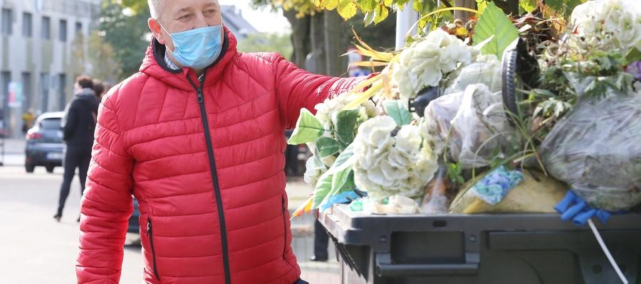 Zbigniew Kot,dyrektor Zakładu Cmentarzy Komunalnych: — Śmieci przybywa. Na dwóch cmentarzach, na Poprzecznej i w Dywitach, ustawiliśmy 110 kontenerów. Codziennie są opróżniane