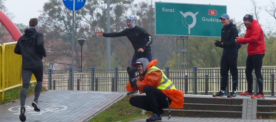 Deszcz pada, zimno - aż się chce trochę pobiegać! Zwłaszcza z takimi kibicami