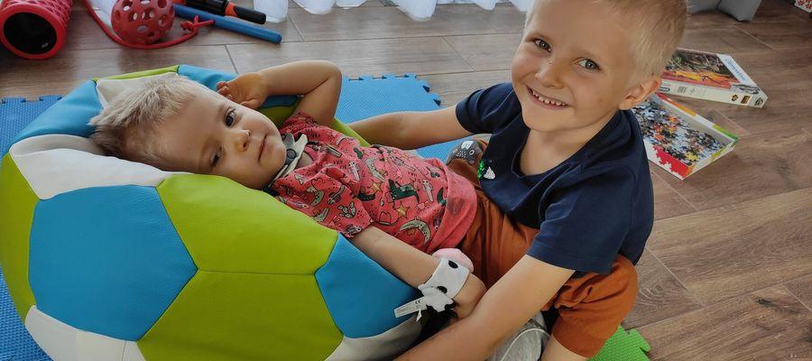 Bartuś ze swoim starszym bratem po powrocie ze szpitala