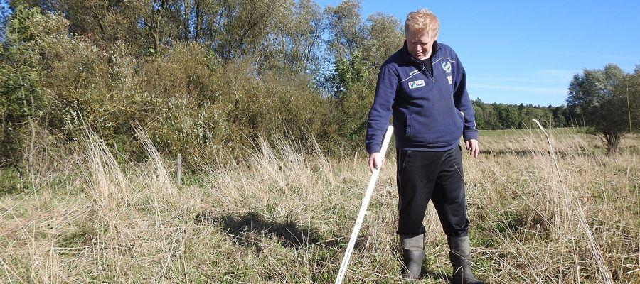 Jan Hawryszkiewicz pokazuje miejsce, gdzie znalazł zagryzionego cielaka. Nadal są tu ślady krwi.