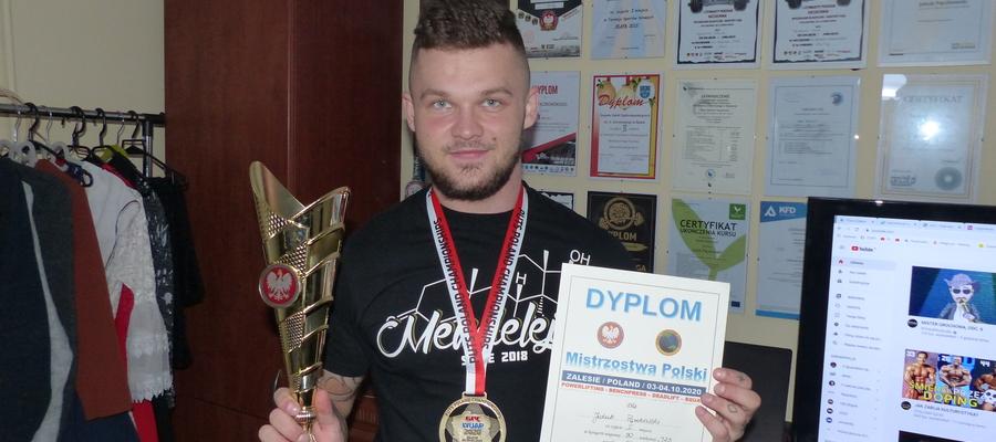 Jakub Pączkowski i część jego trofeów - pozostałe są w siedzibie Mendelejew Team