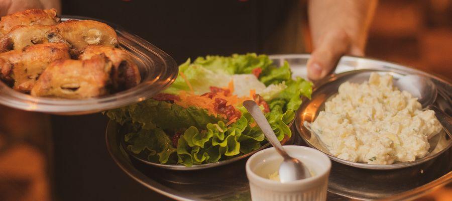 Polacy pracujący na tzw. śmieciówkach (np. w restauracjach) nie mogą liczyć na wsparcie finansowe podczas kwarantanny