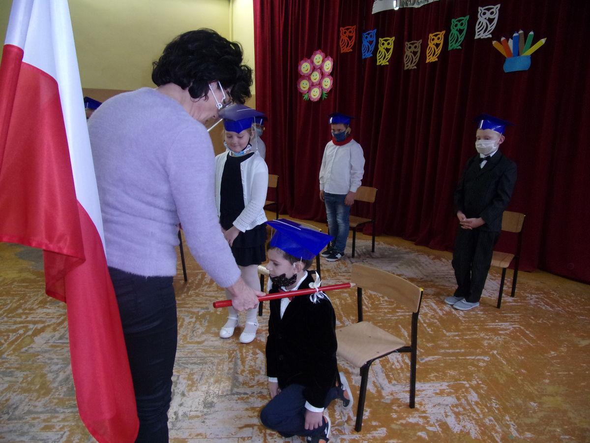 Siedmioro uczniów klasy pierwszej zostało pasowanych na uczniów szkoły w Ostrowitem