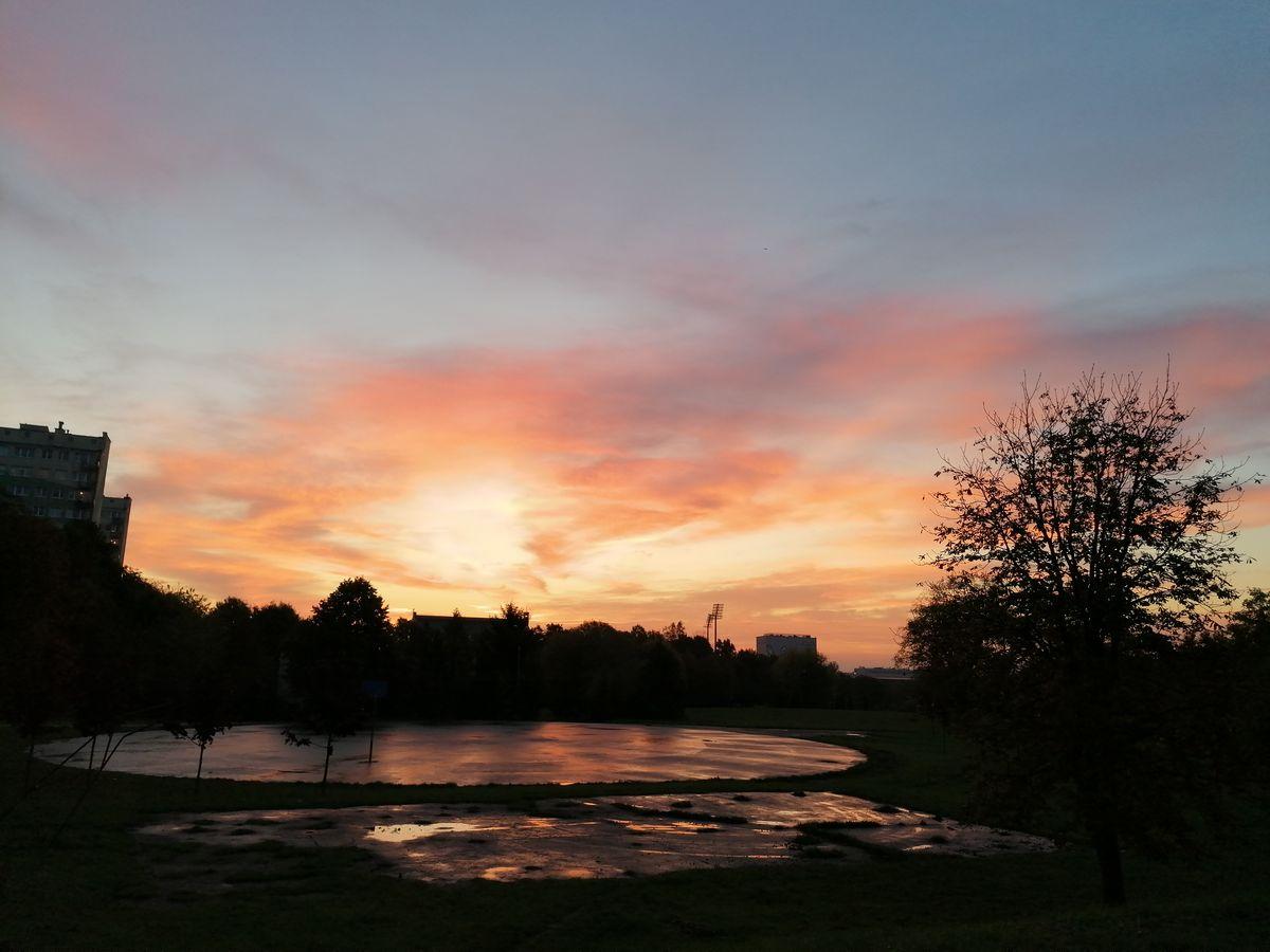 Wschód słońca nad parkiem Kusocińskiego