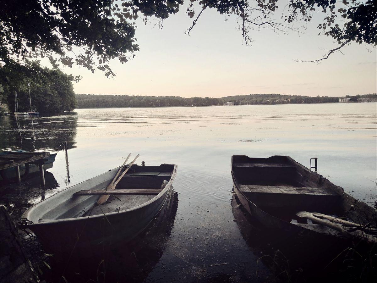 Łodzie przy jeziorze Ukiel