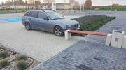 Pijany pasażer uruchomił auto, które wjechało w ławkę przy nowej komendzie policji w Bartoszycach