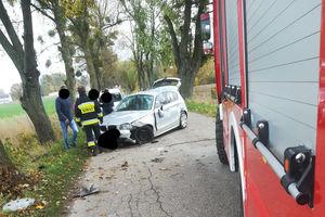 Kobieta uderzyła samochodem w drzewo. Trafiła śmigłowcem do szpitala