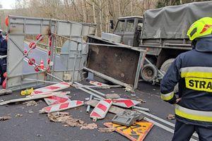 Zderzenie osobówki z ciężarówką wojskową