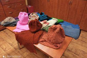 Uczestnicy zajęć w Środowiskowym Domu Samopomocy szyją czapki i szaliki
