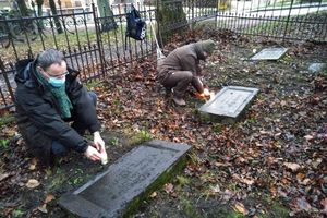 Szukali grobów na terenie... parku