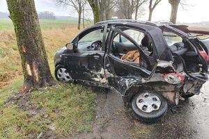 Zderzenie dwóch pojazdów. Kierowca wypadł z samochodu