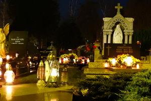 Puste cmentarze, łańcuchy i kłódki na bramach — to obraz tegorocznego dnia Wszystkich Świętych