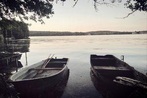 Wymień zdjęcie na prenumeratę: Łodzie przy jeziorze Ukiel
