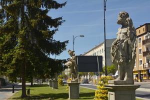 Czas zaopiekować się iławskimi rzeźbami przy ul. Niepodległości [foto]