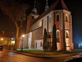 Kościół farny w Bartoszycach pod osłoną nocy.