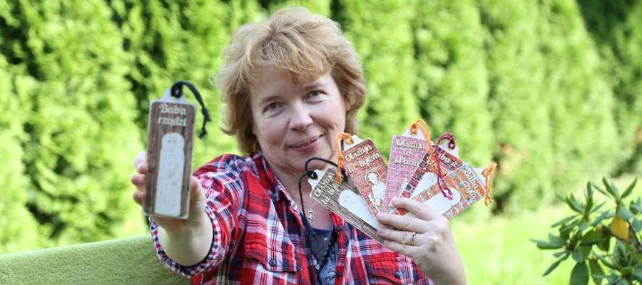 Pani Beata Kaczmarska ze swoimi zakładkami do książek.