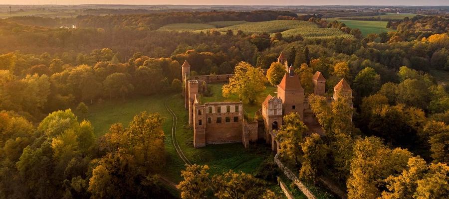 Zamek w Szymbarku z lotu ptaka, przy zachodzie słońca