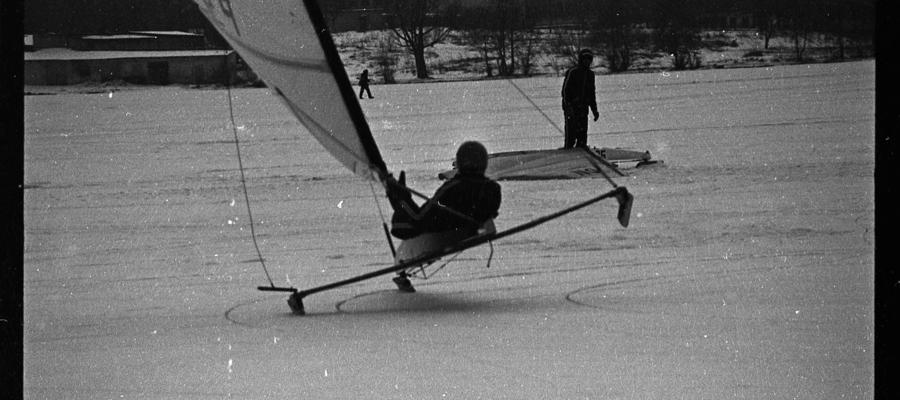 Jezioro Jeziorak, lata 80-te. Jeden z treningów żeglarstwa lodowego w klasie DN