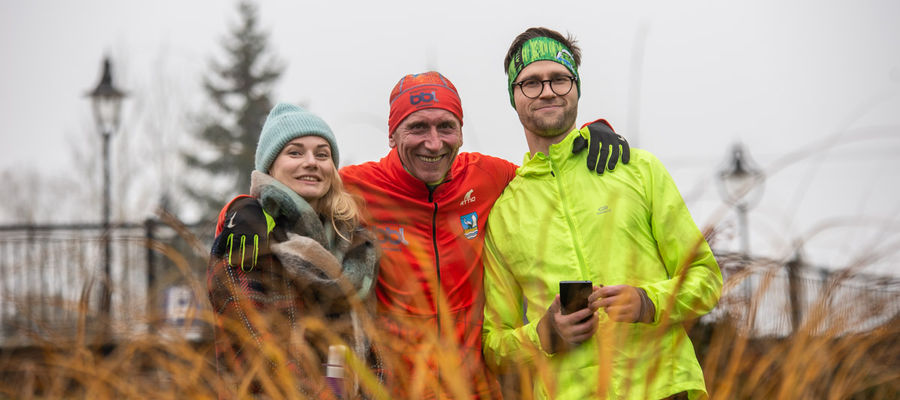 Wicedyrektor Folwarku Łękuk Aleksandra Nowak, wydmiński biegacz Wiesław Krawczuk oraz właściciel restauracji Gościniec Wydminy Cezary Kozdra cieszą się, z dodatkowych 30 dni na przygotowanie się do startu w Borecka Łękuk Trail
