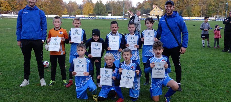 Młodzi piłkarze Sokoła Ostróda ze swoimi trenerami