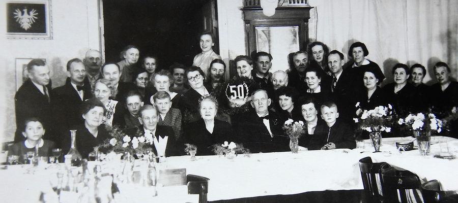 Złote gody małżonków Sypniewskich z 1956 roku. Po lewej widoczny jest obraz z haftowanym orłem