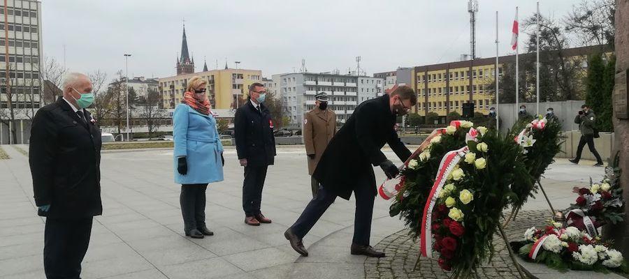 Złożenie wieńców pod pomnikiem na placu Solidarności