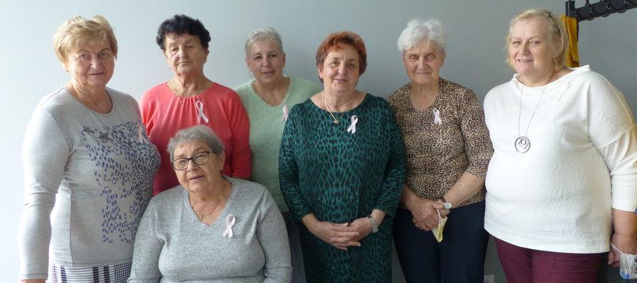 Panie: Maria, Anna, Elżbieta, Janina (siedzi), Jadwiga, Ewa, Halinka i wiele innych pań uczestniczy w spotkaniach amazonek