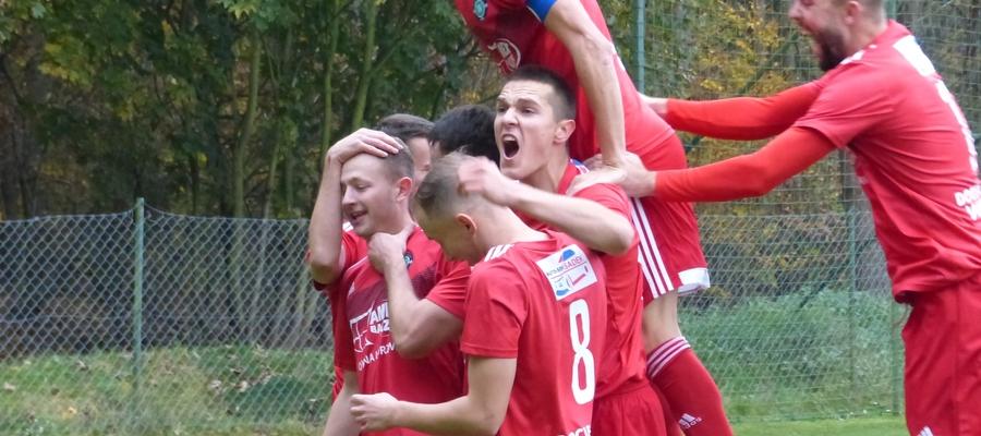 Radość piłkarzy GKS-u Wikielec po golu Sebastiana Szypulskiego (pierwszy z lewej)