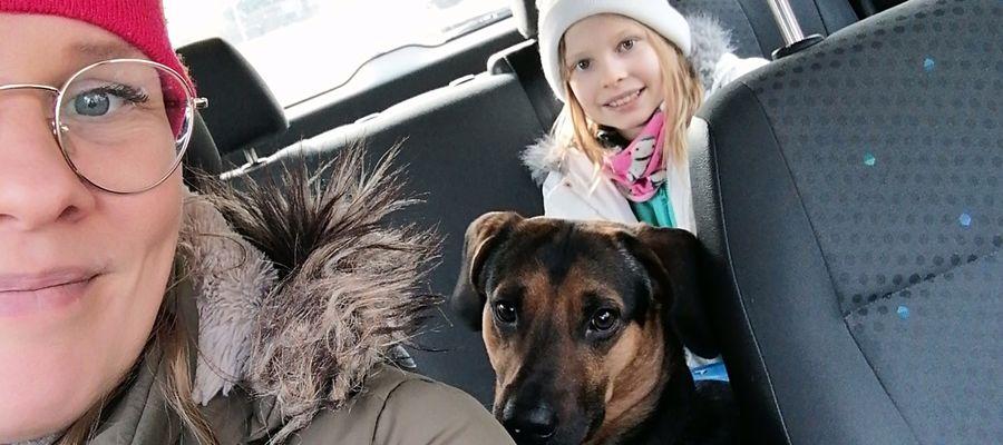 Patrycja Bałabańska ze swoimi dziećmi pomaga ludziom na kwarantannach w opiece nad ich psami. Na zdjęciu z Guzikiem.