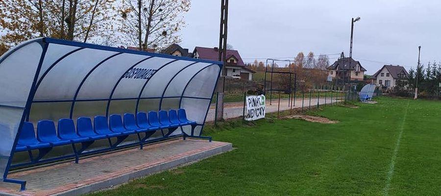 Boksy i ławki dla rezerwowych już czekają na piłkarzy w Miłomłynie