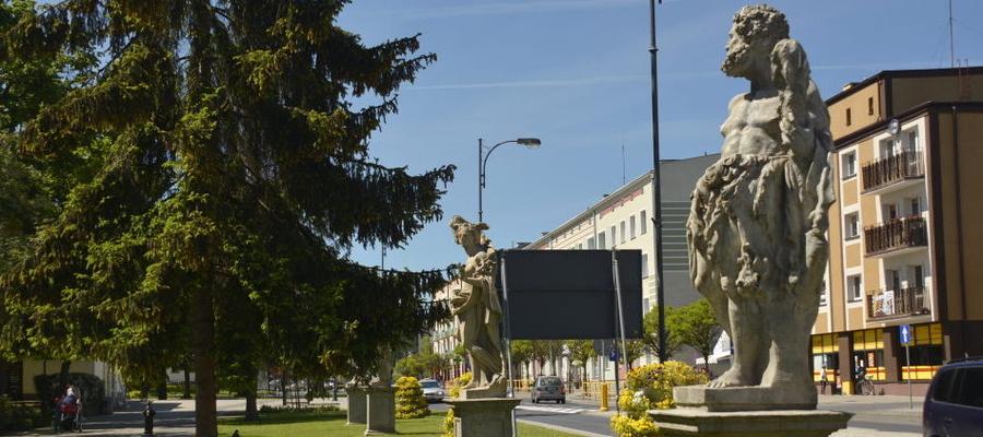 Rzeźby od lat stoją przy głównej ulicy Iławy (Niepodległości)