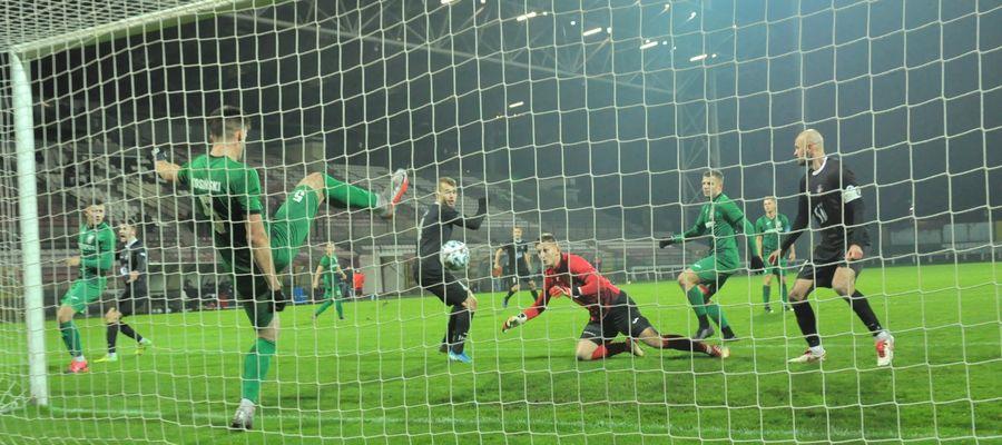 Andrzej Kosiński (Znicz) wybija piłkę z linii bramkowej