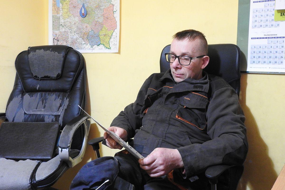 Marek Stefański odczytuje z paszportu dane utraconej jałówki.