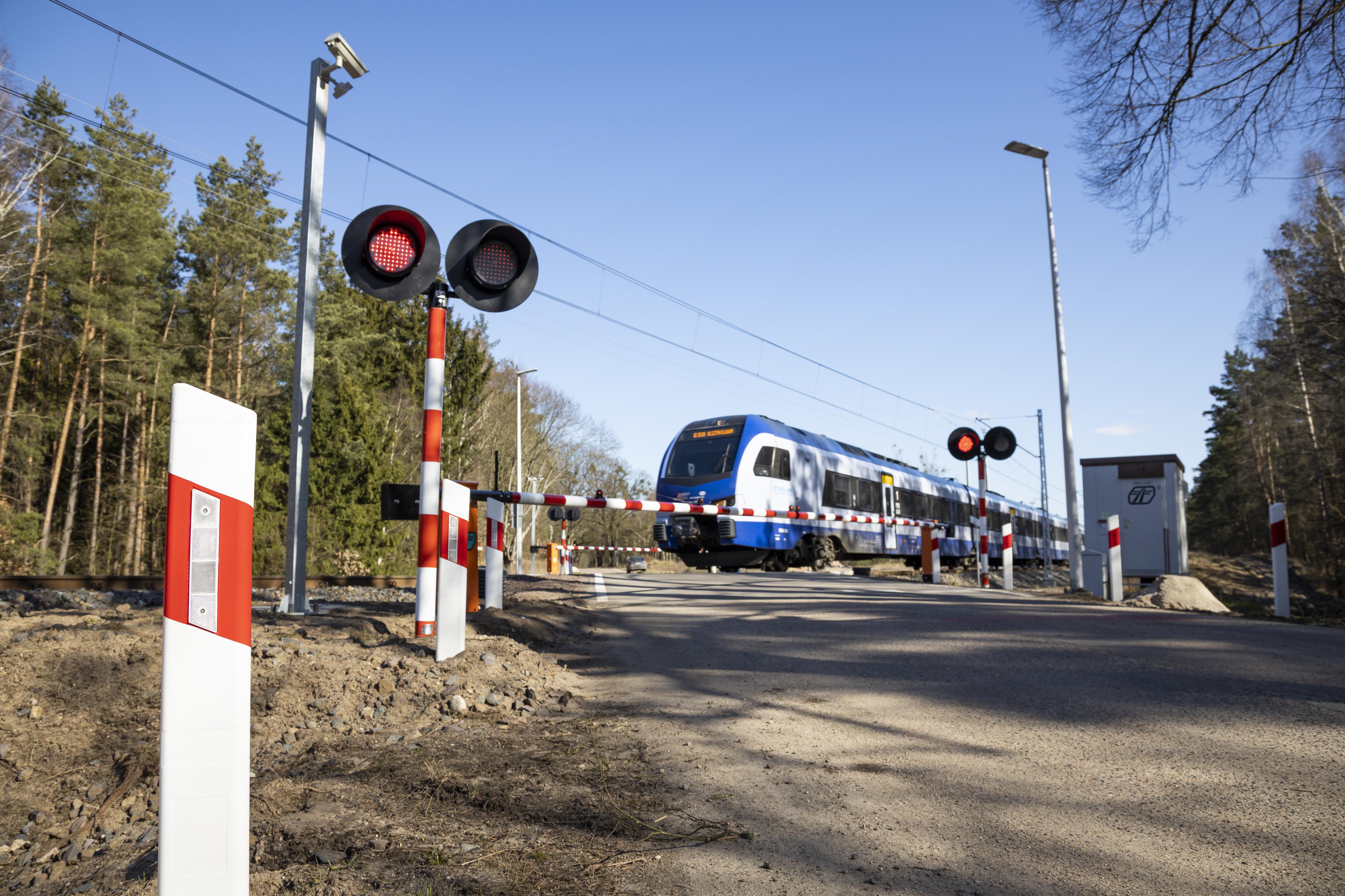 https://m.wm.pl/2020/12/orig/dodatkowe-zabezpieczenia-gwarantuja-bezpieczny-i-plynny-przejazd-pociagow-i-samochodow-668850.jpg