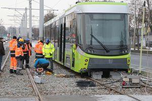 W Olsztynie stawiano na tory wykolejony tramwaj [ZDJĘCIA]