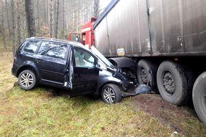 Ściął łuk, a jego auto uderzyło w inny pojazd. Kierowca samochodu osobowego zginął na miejscu