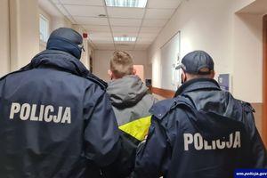 Policjanci zatrzymali poszukiwanego 21-latka. Miał przy sobie narkotyki.