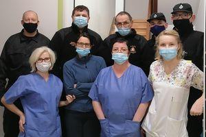 Strażacy z Marzęcic przekazali dary dla pacjentów oddziału covidowego szpitala w Nowym Mieście