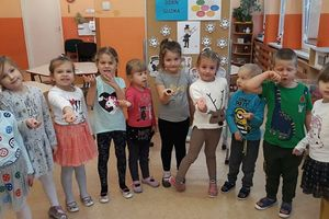 Zabawy przedszkolaków z guzikami