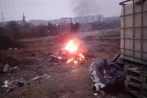 Mężczyzna spalał odpady budowlane na jednym z osiedli w Olsztynie.
