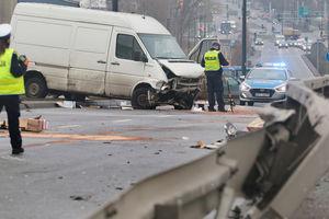 Wypadek na ul. Towarowej w Olsztynie. Ranny kierowca busa [ZDJĘCIA]
