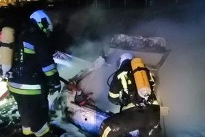 Na drodze S7 audi stanęło w ogniu, dwie kobiety same wyszły z auta