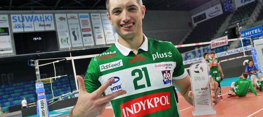 Wojciech Żaliński pokazuje na palcach, ile meczów wygrał ostatnio Indykpol AZS, po ile punktów zdobyli w nich olsztynianie, no i która to jego kolejna statuetka MVP